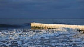 用在海滩的冰盖的防堤 股票录像