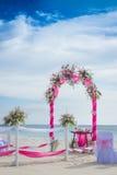 用在热带海滩, outd的花装饰的婚礼曲拱 免版税库存图片