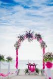 用在热带海滩, outd的花装饰的婚礼曲拱 图库摄影