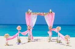 用在热带海滩, outd的花装饰的婚礼曲拱 免版税图库摄影