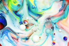 用在牛奶的食用色素做的漩涡 免版税库存照片