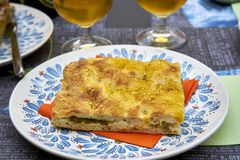 用在白色的利古里亚Pesto充塞的敬酒的Foccacia和蓝色 免版税库存照片