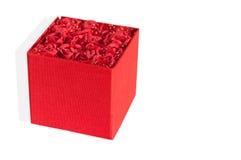 用在白色背景的玫瑰装饰的红色箱子 免版税图库摄影