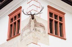 用在老城市城堡的一盏装饰枝形吊灯装饰的房子的角落  Sighisoara市在罗马尼亚 免版税库存照片