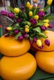 用在街道上的郁金香装饰的乳酪回合在阿姆斯特丹,荷兰 免版税图库摄影