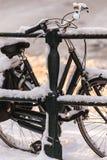 用在运河桥梁的雪包括的自行车 免版税库存图片