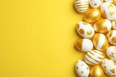 用在颜色背景,顶视图的金黄油漆装饰的传统复活节彩蛋 库存照片