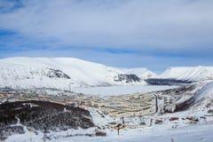用在Khibiny山的雪盖的俄国极性城市街道 免版税库存图片