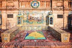 用在Plaza de西班牙(西班牙广场)的azulejos装饰的长凳在塞维利亚 免版税库存图片