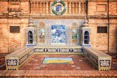 用在Plaza de西班牙(西班牙广场)的azulejos装饰的长凳在塞维利亚 库存照片