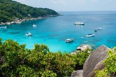 用在Similan海岛,泰国上的水晶水咆哮 免版税图库摄影