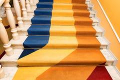 用地毯盖的石楼梯 免版税库存照片