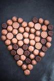 用块菌状巧克力的各种各样的类型做的心脏形状 库存照片