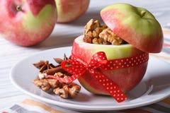 用坚果和葡萄干充塞的新鲜的红色苹果水平 免版税图库摄影