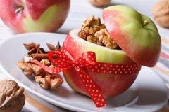 用坚果和葡萄干充塞的红色苹果紧密水平 图库摄影