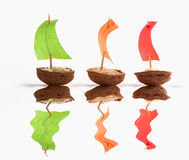 用坚果壳做的小船 免版税库存照片