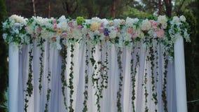 用外部婚礼的木方形和花卉装饰做的美好的地方接近的看法在木头  影视素材