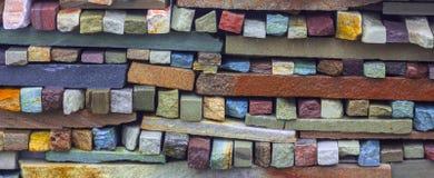 用多块石头做的艺术性的墙壁的片段 库存图片