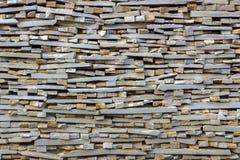 用多块石头做的艺术性的墙壁的片段 免版税库存照片