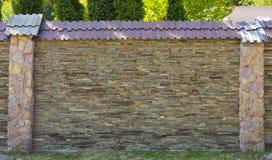 用多块石头做的艺术性的墙壁的片段 图库摄影