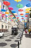 用多彩多姿的伞装饰的街道 免版税库存照片