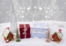 用多彩多姿的釉或背景装饰的圣诞节房子 免版税库存照片