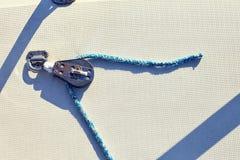 用大三角帆的括号装备游艇 免版税库存图片
