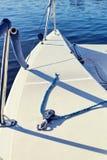 用大三角帆的括号装备游艇 库存图片