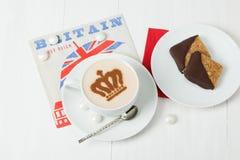 用女王冠装饰的咖啡 英国标志纸巾 免版税图库摄影