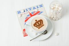 用女王冠装饰的咖啡 英国标志纸巾 免版税库存图片
