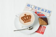 用女王冠装饰的咖啡 英国标志纸巾 免版税库存照片