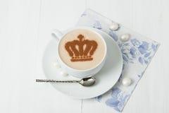 用女王冠装饰的咖啡 英国标志纸巾 库存照片