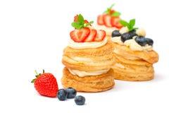 用奶油和莓果充塞的自创油酥点心在白色 免版税库存图片