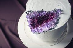 用奶油色和紫色石头装饰的婚宴喜饼喜欢紫晶 库存图片