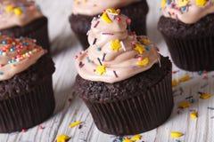 用奶油色特写镜头装饰的巧克力杯形蛋糕 水平 免版税图库摄影