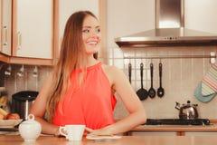 用姜饼曲奇饼喝茶咖啡的妇女 免版税图库摄影