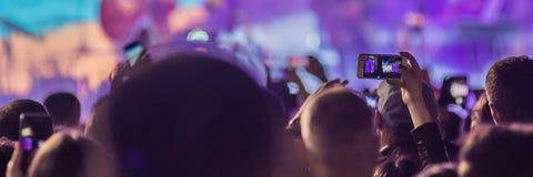用完先进的流动录音、乐趣音乐会和美好的照明设备,人群的坦率的图象在摇滚乐音乐会,关闭的  免版税图库摄影