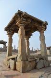 用完全石柱子做的古老眺望台在印度 免版税库存图片