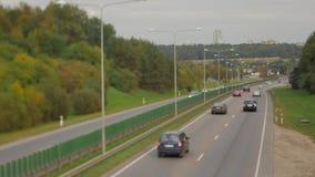 用完在高速公路街道上的汽车 四车道两方向 维尔纽斯运输交通 股票录像