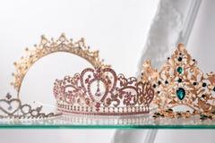 用宝石装饰的皇家豪华金和银冠 与宝石的金刚石冠状头饰正式舞会和婚礼的 免版税库存照片