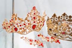 用宝石装饰的皇家豪华金和银冠 与宝石的金刚石冠状头饰正式舞会和婚礼的 库存图片