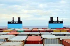 用容器充分地装载的集装箱船 库存照片