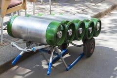 用小桶和啤酒装载的推车 库存图片