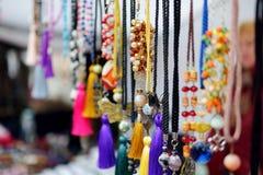 用小珠装饰的五颜六色的手工制造项链在复活节市场上卖了在维尔纽斯 库存照片