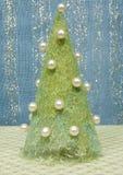 用小珠装饰的布料新年树 免版税库存照片