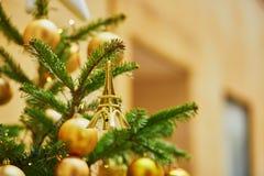 用小的埃佛尔铁塔装饰的圣诞树 免版税库存照片