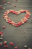 用小糖果心脏做的心脏,桃红色,红色,白色颜色,在黑暗的背景 爱,华伦泰` s天概念 顶视图 免版税库存照片