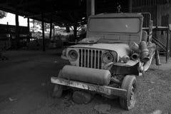 用尘土盖的被放弃的汽车 免版税图库摄影