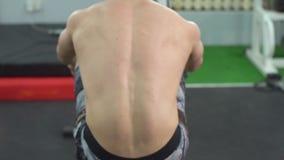 用尽的crossfit锻炼 慢的行动 有效地训练年轻的运动员 影视素材