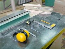 用工具加工在一张灰色背景桌上的木匠特写镜头 库存照片